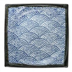 Quadratischer japanischer Teller mit gebogenen Ecken und blauen SEIGAIHA-Motive
