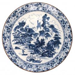 plat blanc arboré d'une fresque bleue représentant un paysage japonais d'antan en céramique SHIN SANSUI